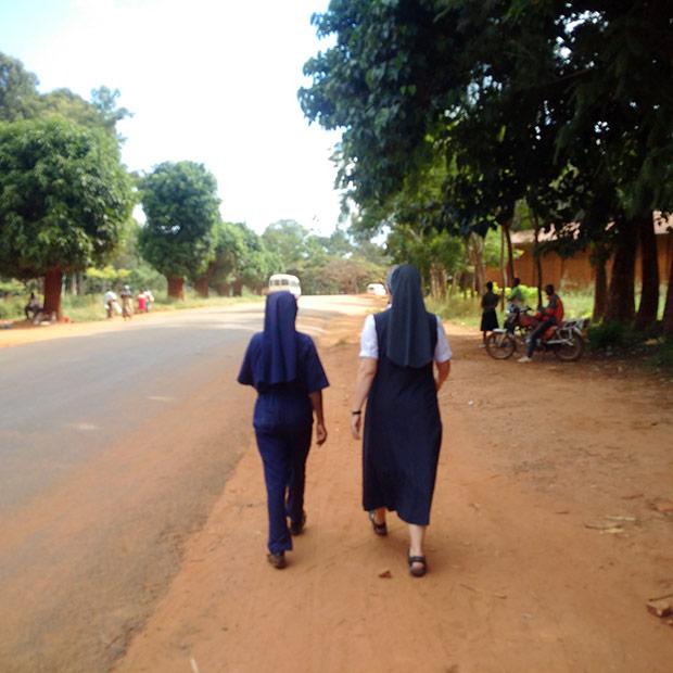 Mit Sr. Maria Vianney auf dem Weg zur ihrer Ausbildungsbaustelle.