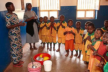 Kindergarten in Numabengo vor und ...