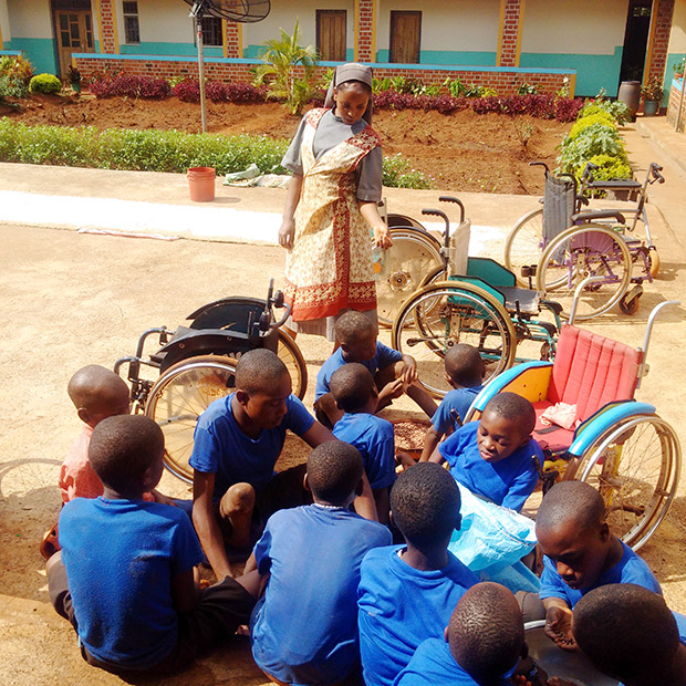Die Kinder von St. Loreto beim Bohnen lesen