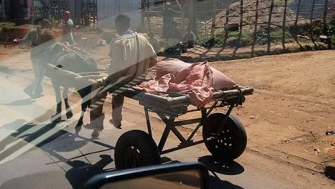 Eselgefährt überholt Auto