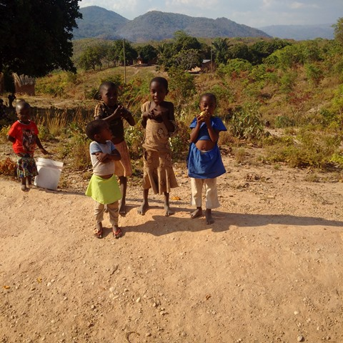 Kinder auf dem Weg nach Mbambabay