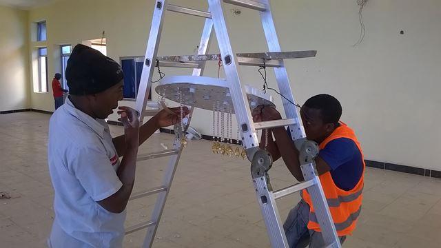 Der Kronleuchter für den Seminarraum wird montiert
