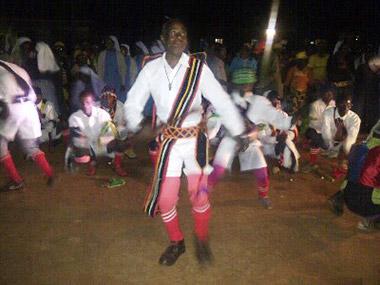 mit Tanz in Mbinga