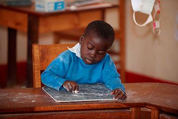 Schulausbildung für Kinder mit Hörschädigungen in St. Vincent, Ruhuwiko (Tansania)
