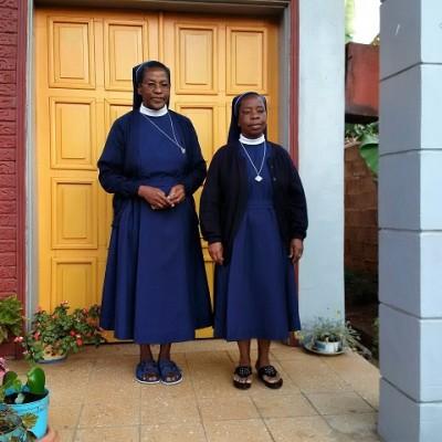 248. vor der Kapelle
