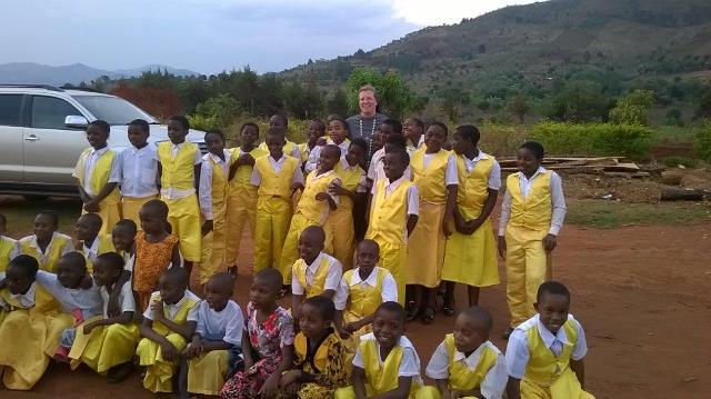 Kipapakinder bei einem Besuch in der Pfarrei Mbambi