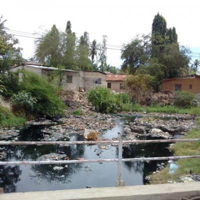 Der vermüllte Bach in Luhanga